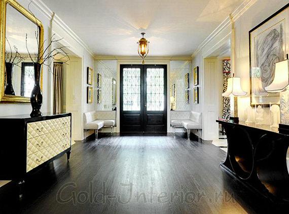 Зеркало с золочёной рамой в классическом интерьере холла