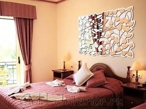 Зеркало с редким узором из лепестков в спальной комнате