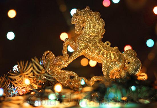 Золотая лошадь - новогоднее интерьерное украшение