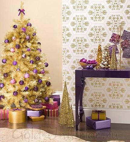 Золотистая ёлка с фиолетовыми шариками