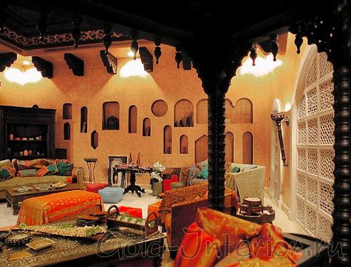 Звёздчатые решётки и резные дверные проёмы в арабском интерьере